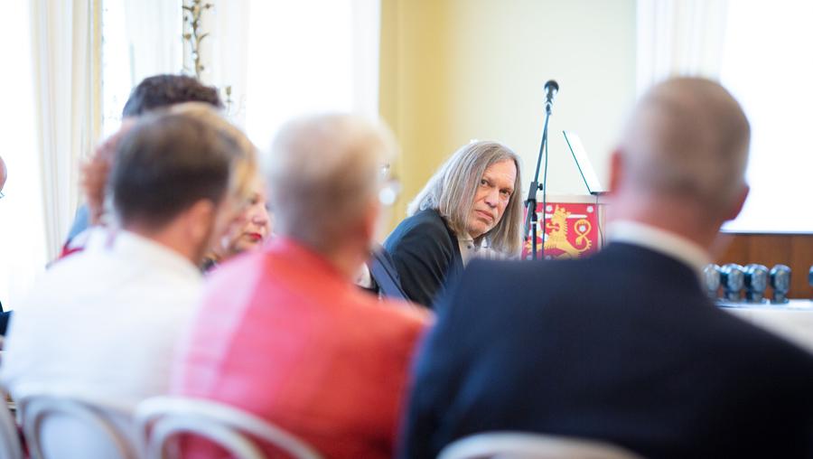 Arto O. Salonen keskustelee kuvassa Sivistys